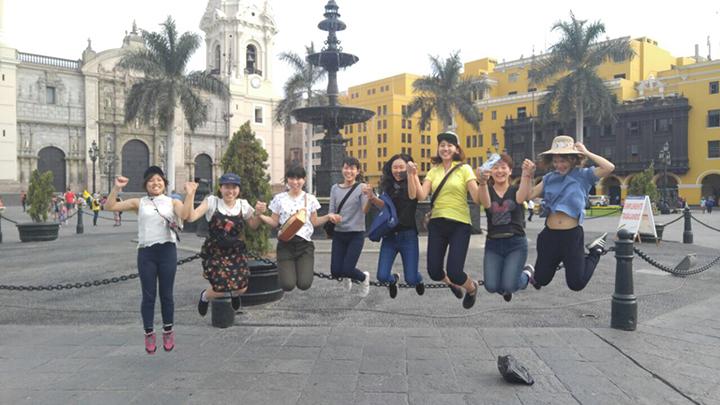 広場でジャンプ